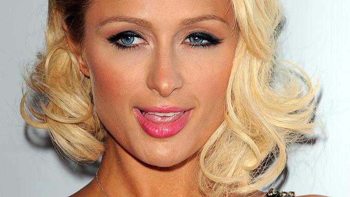 Paris Hilton ber Lindsay Lohan om unnskyldning etter at hun gjorde narr av henne! thumbnail