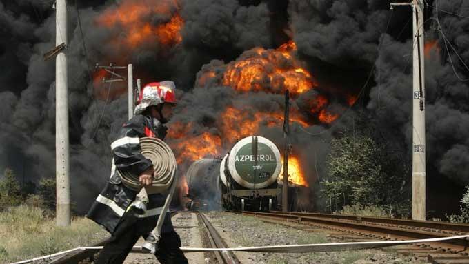 En svart røyksøyle står mot himmelen like ved den krigsherjede georgiske byen Gori etter at en tog med olje på tok eksploderte søndag. Georgiske myndigheter hevder toget, som var på vei fra Aserbajdsjan til en havneby ved Svartehavet, kjørte på en russisk lanmine.