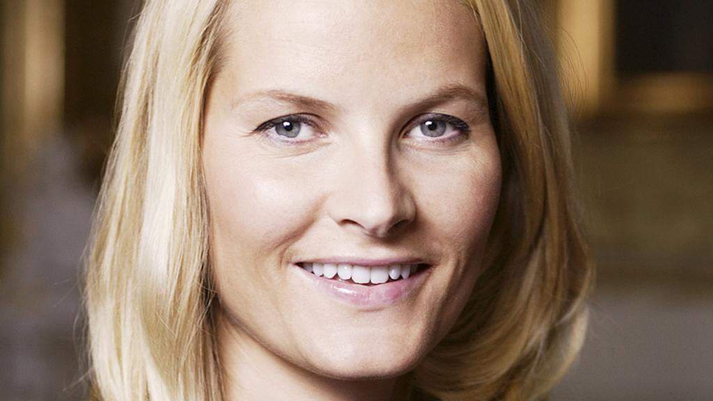 Mette-Marit på første rad for Karl Ove Knausgård, liker hun han? thumbnail