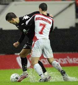 Branns Eirik Bakke spiller noe som kan minne om vannpolo mot Suduvas Tomas Miklinevicius på Stadion i 2007.