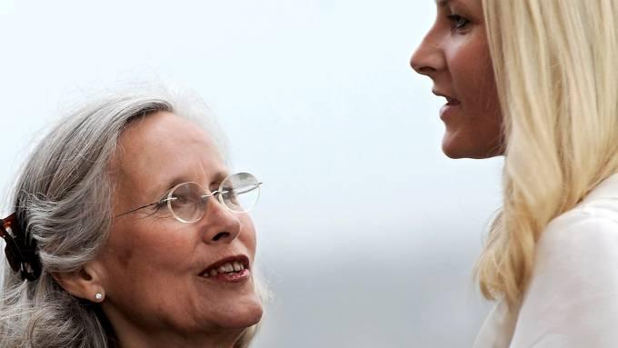 Marit Tjessem – Mette-Marits mor viste fram sin nye kjæreste en herremann som heter Magnar Alfred Fjeldvær! thumbnail