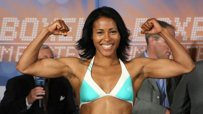 Cecilia Brækhus lover å trene sin mage hardt frem til møtet med tøffe Chevelle Hallback! thumbnail