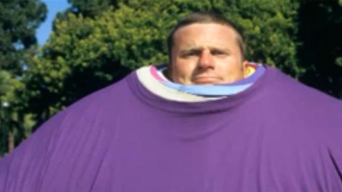 Matt McAllister har verdensrekord med 50 kilo t-skjorter thumbnail