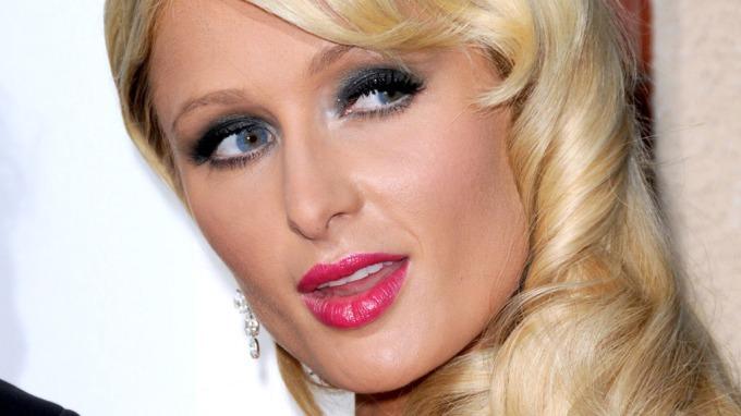 Paris Hilton stormet ut fra tv-intervju, feig og bortskjemt rikmanns-kvinne! thumbnail