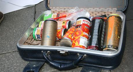 SAMLING: En koffert med spraybokser er kunstnernes valg av våpen.