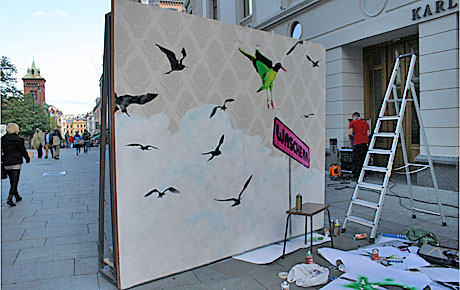 FERDIG: Den luftige sjablong-graffitien står ferdig til skue for tilfeldig forbipasserende før den trilles inn i studioet til Waschera på Karl Johansgate.