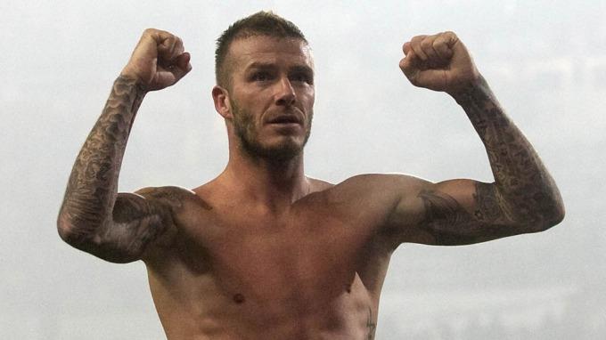 Kvinne tok ballegrep på David Beckham, mener han er smågutt der nede! thumbnail