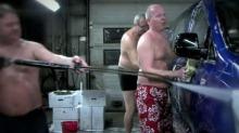 Se bilselgerne vaske bil i underbuksa