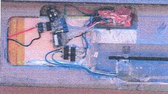 KORTSVINDEL: Dette bildet viser en hjemmelaget teknisk innretning som gjør det mulig å avlese kort etter å ha montert et falskt deksel på minibanken. Innretningen ble beslaglagt i en leilighet rumenerne disponerte.