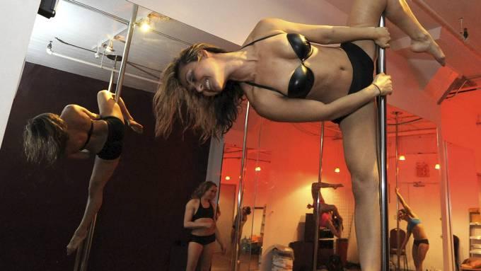 Lødig strippestang moro blir vel sjelden feil, da begått av sexy kvinne! thumbnail