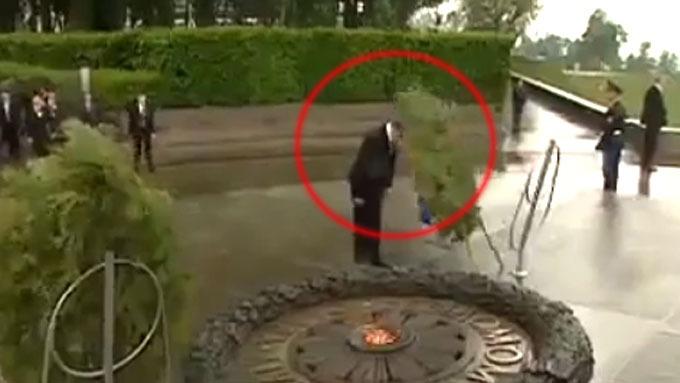 Ren moro når president Viktor Janukovitsj får en stor krans i hodet! thumbnail
