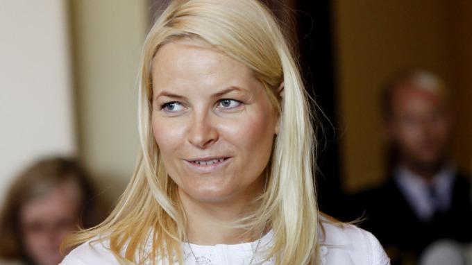 Mette-Marit trøster pårørende via Twitter, hun mistet selv stebroren under terroraksjonen på Utøya! thumbnail