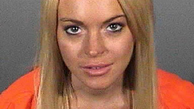 Lindsay Lohan er ute av fengsel slapp billig, rik og berømt som hun er! thumbnail