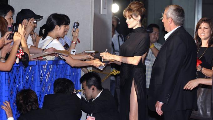 Angelina Jolie redd trusebilder, da bør hun kle seg anstendig! thumbnail