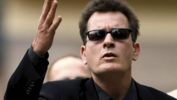 Charlie Sheen saksøkes av pornostjernen Christina Walsh etter raserianfall! thumbnail