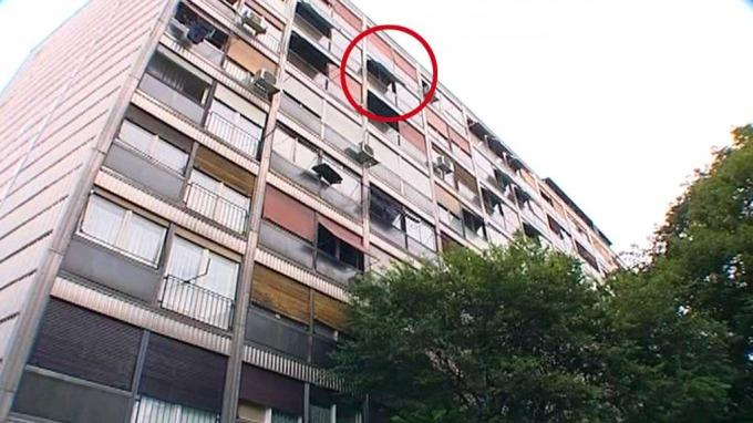 Liten gutt på bare 4 år falt ut fra leilighet og 25 meter mot bakken, overlevde! thumbnail
