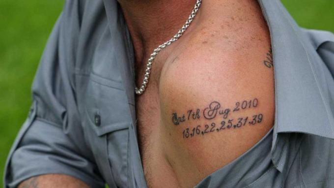 Ville selv tatovert lotto-vinnertallene inn på snurrebassen! thumbnail