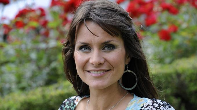 Katrine Moholt synes det var sterkt å lede «Allsang på Grensen» under onsdagens spesialsending! thumbnail