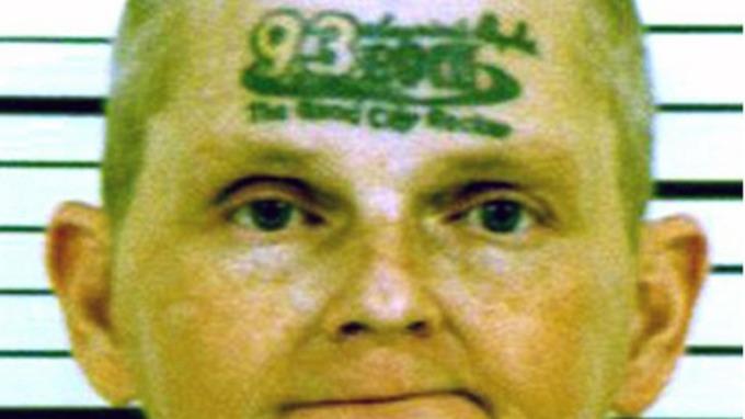 Temmelig dumme David Jonathan Winkelman lot seg tatovere i pannen thumbnail