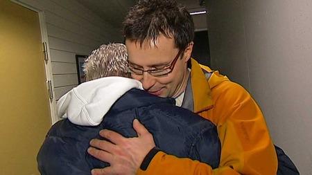 RØRENDE ØYEBLIKK: Takknemligheten er like stor som givergleden. Knut (t.h.) gir sin gode venn Joan en varm klem.