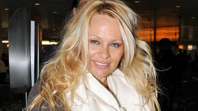Pamela Anderson saksøker eksen for 6 millioner, er fly forbannet! thumbnail