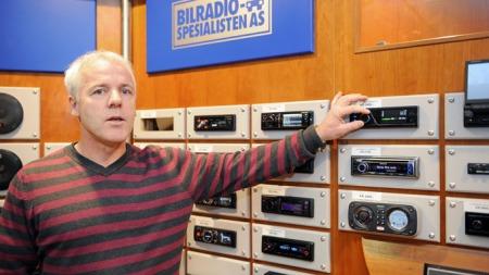 - Ingen av de store stereoprodusentene leverer DAB-radioer til bil i dag. Interessen i Europa er bortimot fraværende, sier daglig leder i Bilradiospesialisten i Bergen, Eirik Midtbø. Foto: Egill J. Danielsen