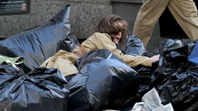 Michelle Pfeiffer ramler i søpla, et lite lekkert syn! thumbnail