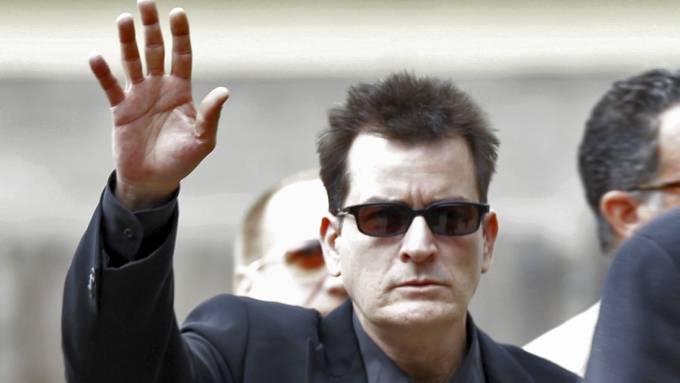 Charlie Sheen klar for ny TV-serie, om en mann som må på sinnemestringskurs! thumbnail