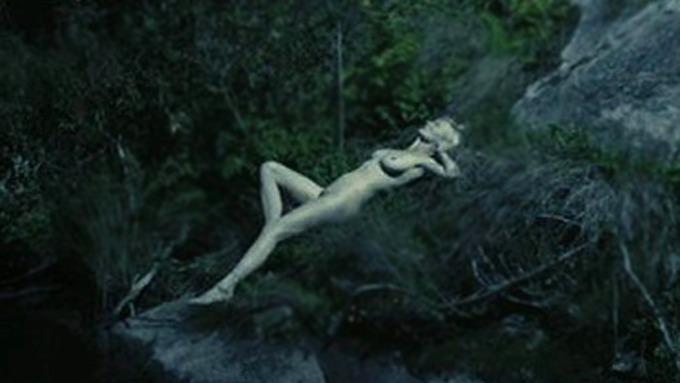 Kirsten Dunst viser sitt nakne underliv, som i klartekst vil si fitta si! thumbnail