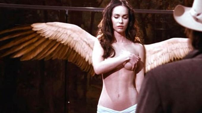 Megan Fox i frekk toppløsscene, viser frem sine lekre kvinnelige fordeler! thumbnail