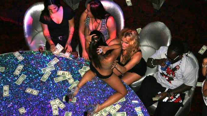 Ludderet Kesha tar et godt grep om brystene til strippere! thumbnail