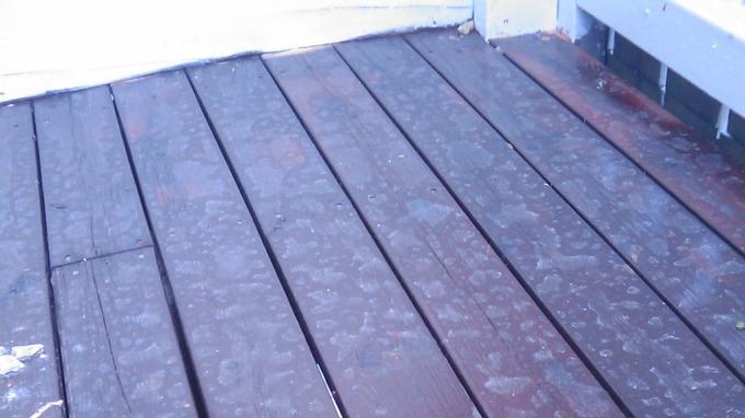 Terrassen dekket av aske etter regnskyll