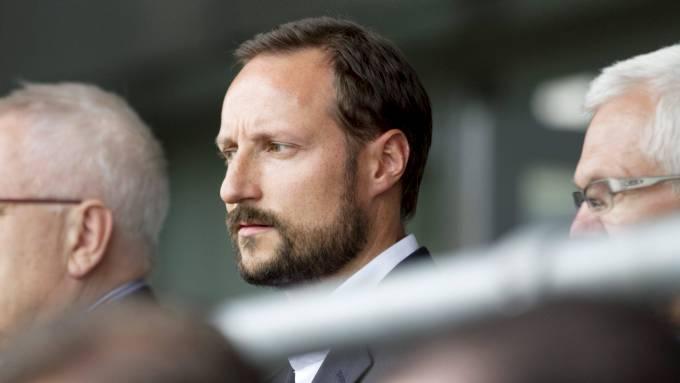 Kronprins Haakons fly rammet av lyn, høyheten holt på å gå ned med mann og mus! thumbnail