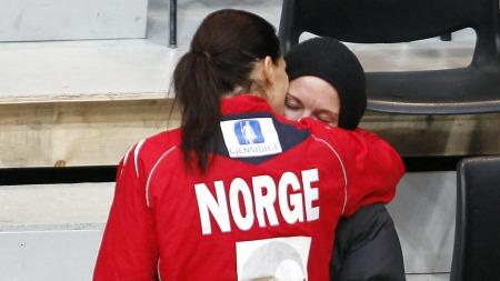 PAR: Hammerseng og Edin viser sin kjærlighet etter at Norge vant mot Slovenia under håndball-EM.