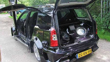 Måkevingedører bak på en Opel Astra er ikke akkurat noe spesielt vanlig syn, nei...