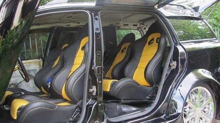 Ikke akkurat standard Opel Astra-interiør, nei. Stasjonsvogna har blitt til en fireseter - med sportsstoler i knall gult og svart.