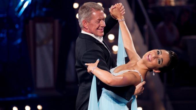 Rune Larsen og Olga Divakovas dansen engelske vals, men de endte på bunnen av poengtavlen! thumbnail