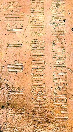 Kolonnen til venstre er datoen 8.5.16.9.7 i det systemet Mayaene brukte. Det tilsvarer 23. juni 156 f.Kr.