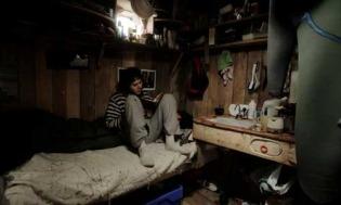 Inge har hengt fra seg våtdrakta og sitter inne i den lille hytta.
