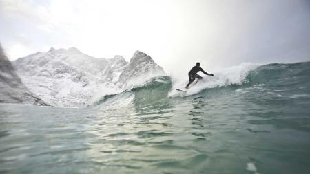 Inge og Jørn trosset iskaldt vann og nordnorske temperaturer. Målet var å surfe mest mulig mens de bodde i bukta.