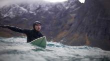 Jørn prøver bølgene i Atlanterhavet. Det ble mye surfing, og hvis de ikke kunne det prøvde de snowboardet istedet.