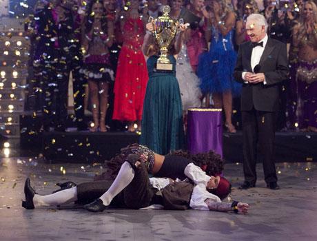 PÅ GULVET: Atle og Marianne slang seg på gulvet av glede da vinnerparet ble annonsert, og pokalen skulle deles ut.