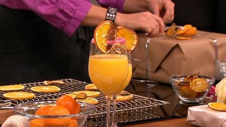 Tørkede appelsiner kan brukes til så mangt. Signe Tynning og Ane Nyrerød er i det kreative hjørnet og lager pynt og snaks av sitrusfrukter.