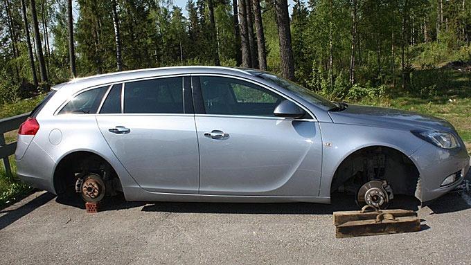 Dekkene var borte og tyvene hadde brukt blant annet murstein for å holde bilen oppe etter tyveriet.