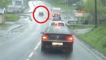 Her kjører han forbi - på venstre side av trafikkøya
