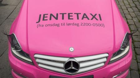SYNLIG: Det er ingen tvil om hvem denne er ment for og når denne taxien er tilgjengelig.