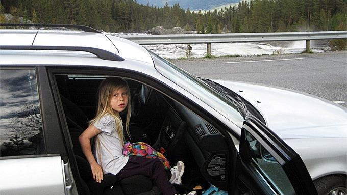 Denne jenta er kanskje ikke så veldig stor enda, men hun har med seg MYE når hun er på biltur forteller mamma....