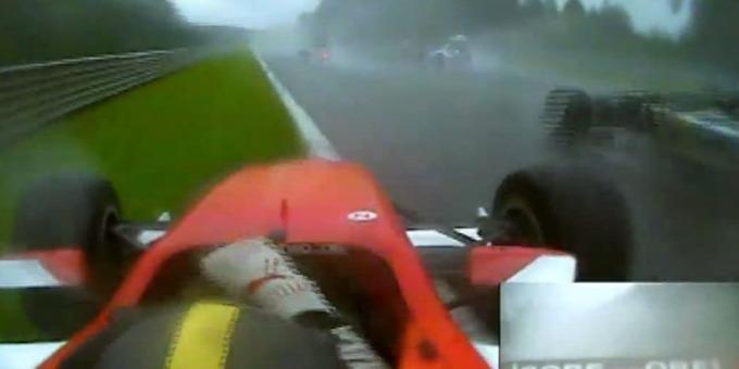 Her er den 19 år gamle Formel 2-sjåføren i full gang med den eksepsjonelt imponerende unnamanvøreren. VIDEO: Liveleak.com