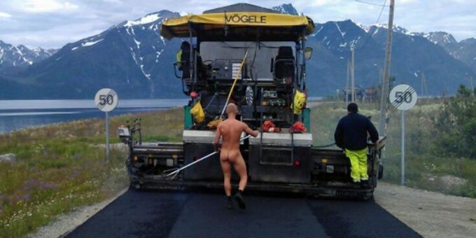Guttene i Nord Vei & Anlegg AS hadde torsdag en morsom dag på jobben. Foto: Gøran Håkonsen