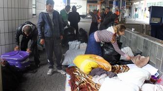 BOR PÅ GATEN: En gruppe med rumenere pakker sammen sengeutstyr og kofferter etter en natt på gaten i Oslo.